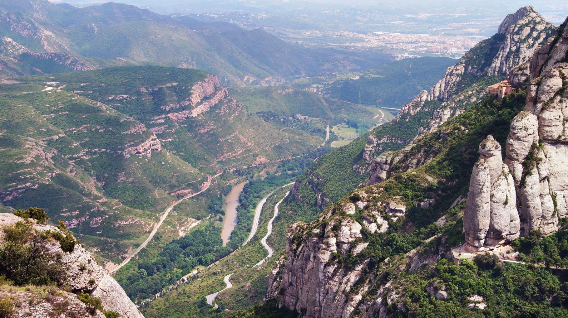 <B>Auffahrt zum Kloster von Montserrat.</B>