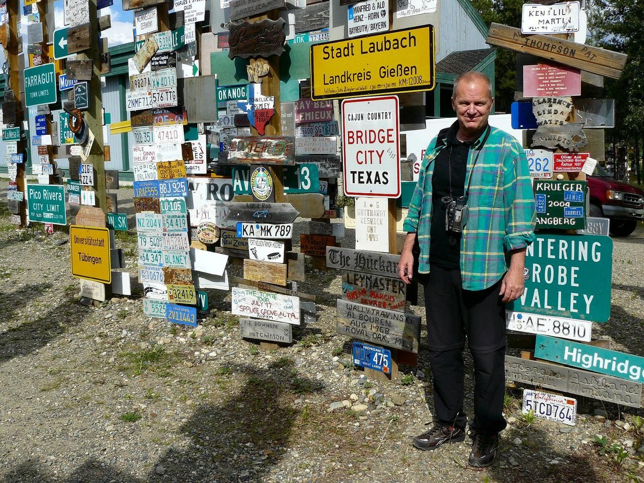 <B>Einige der 73.000 Schilder des Signpost-Forest am Watson Lake