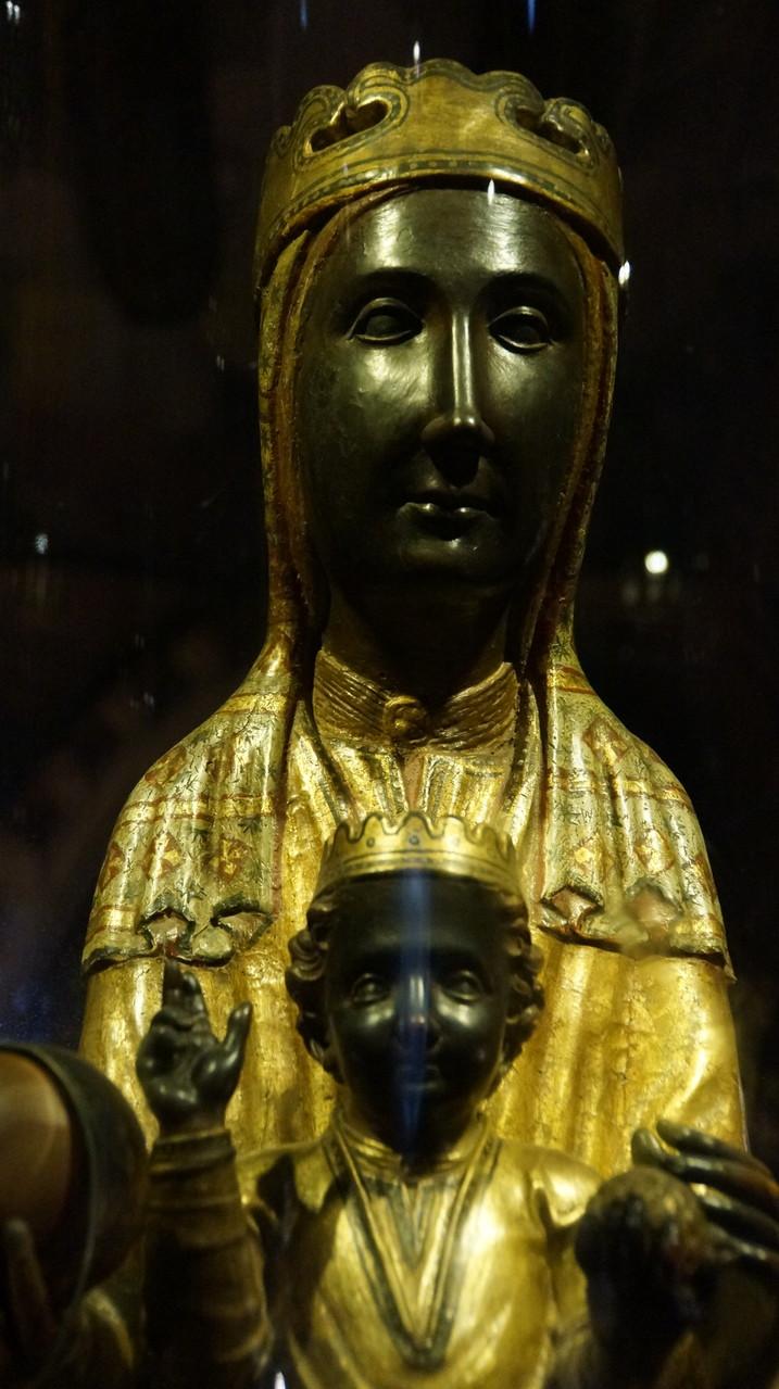 """<B>Im Kloster wird die aus dem 12. Jahrhundert stammende Mariendarstellung La Moreneta (""""Die Braune""""), von zahlreichen Wallfahrern verehrt.</B>"""