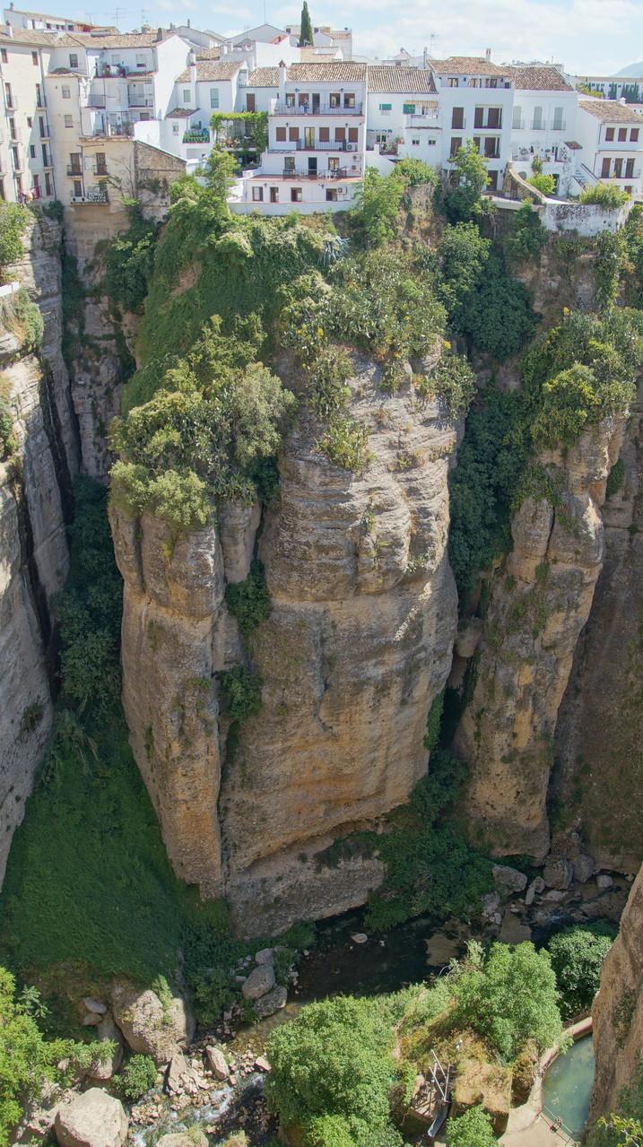 <B>Der Fluss Río Guadalevín hat eine etwa 100 Meter tiefe Schlucht in den Fels gegraben.</B>