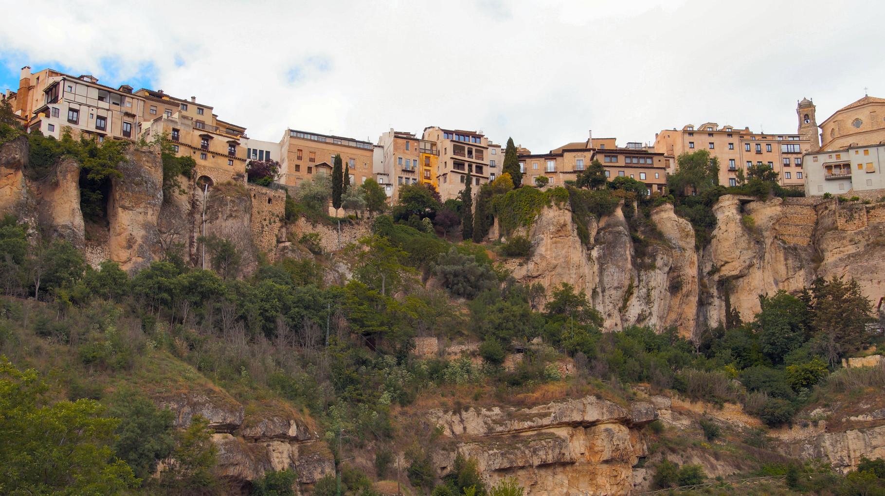 """<B>Die """"hängenden Häuser"""" von Cuenca.</B>"""