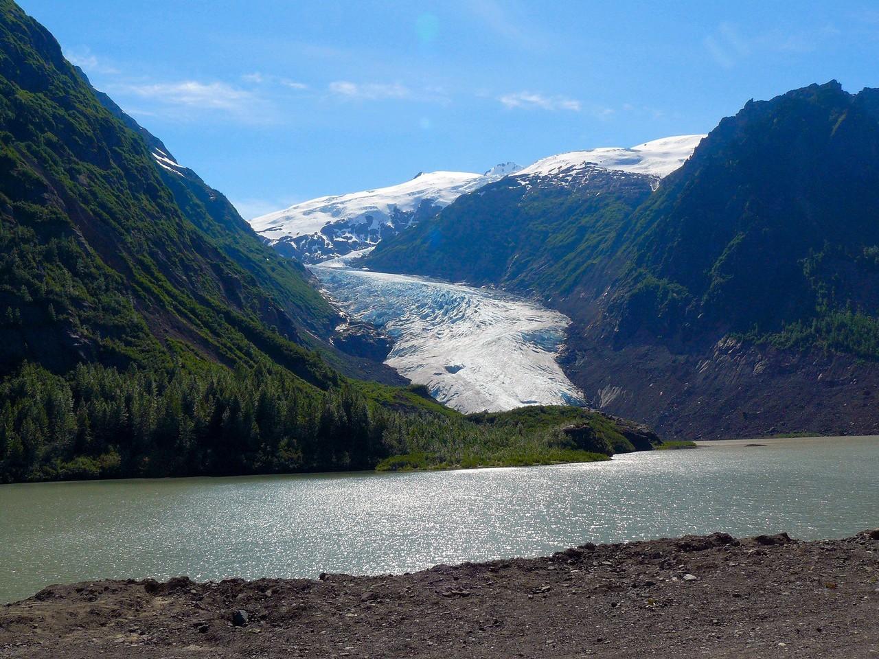 <B>Kurz vor Hyder (Alaska), leuchtet uns der Bear Gletscher entgegen