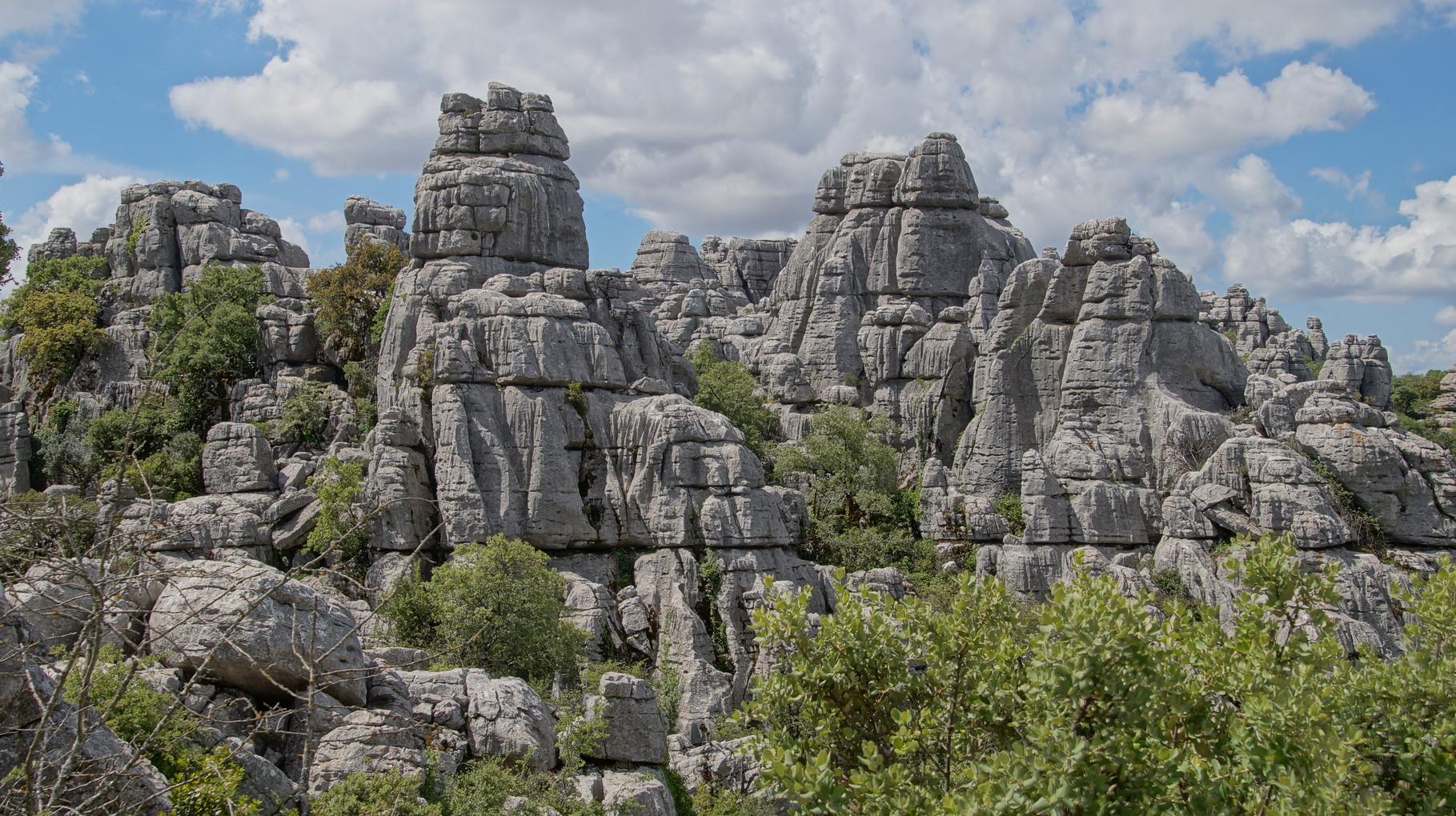 <B>Zerklüftete Felsen und Schluchten wechseln einander ab. Hohe Säulen aus Steinplatten unterschiedlicher Größe sehen aus, als wären sie künstlich aufeinander gestapelt worden.</B>