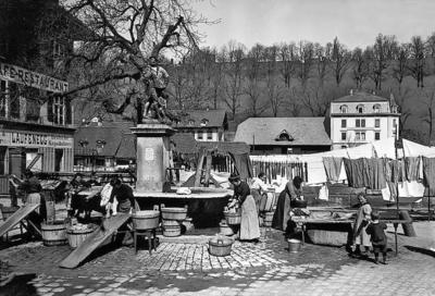 Wäscherinnen am Läuferbrunnen in Bern, um 1900 (Schweizerische Nationalbibliothek, Eidgenössisches Archiv für Denkmalpflege, Sammlung Wehrli). Quelle:  http://www.hls-dhs-dss.ch/textes/d/D16237.php