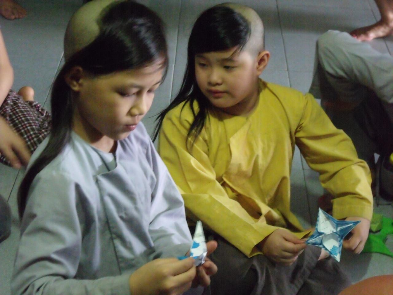 Les Mots oiseaux Ateleirs de conte et origami ( Vietnam )