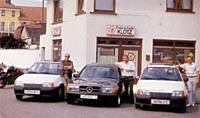 Hier ein Bild von Kurt Klotz senior, Kurt Klotz junior und Fahrlehrer Rudolf Brausam (von links) inmitten des Fuhrparks vor der Fahrschule Pfarrgasse 16 im Sommer 1986.