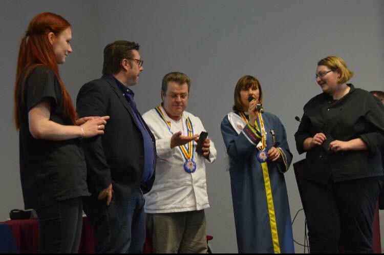 Remise de la médaille de St Martin aux vainqueurs par E.Lecerf