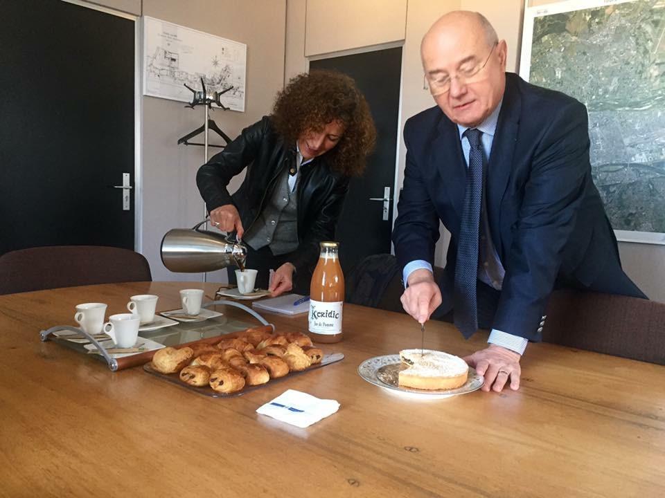 Le Maire de Tours a mis le nougat à son petit-déjeûner
