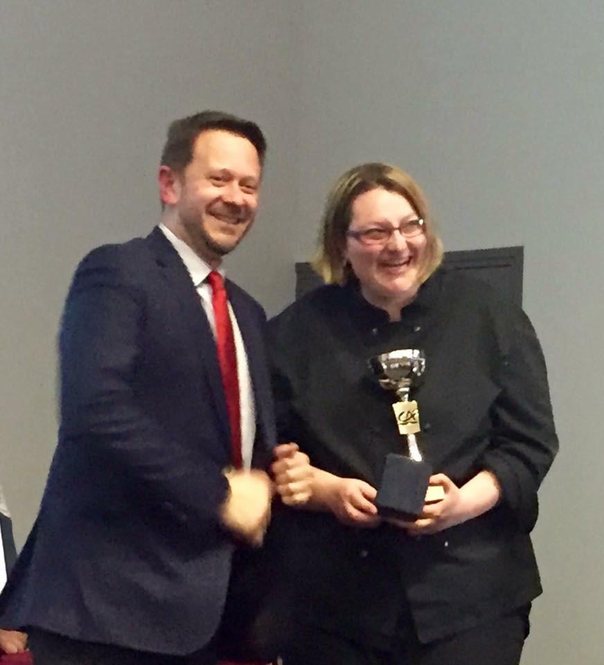 """J.Tebaldi remet le 1er prix à C.Peynot médaille d'Or """"Restaurateurs"""""""