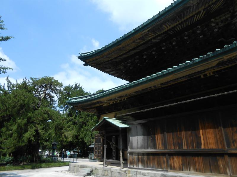 仏殿側面、板張りの壁