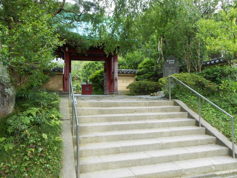 短い山門の石段
