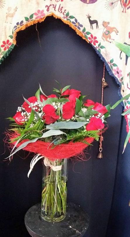 Enviar un ramos de rosas rojas a domicilio.