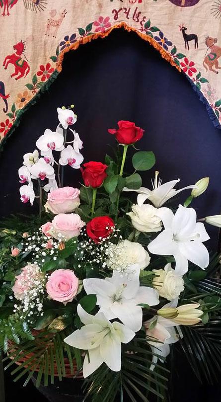 Enviar un arreglo floral con una orquídea phalaenopsis.