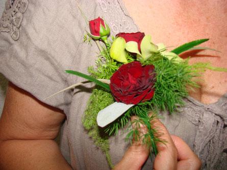 Prendido con flores rojas.