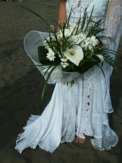 Ramo de novia sylvestre hecho con flores blancas.