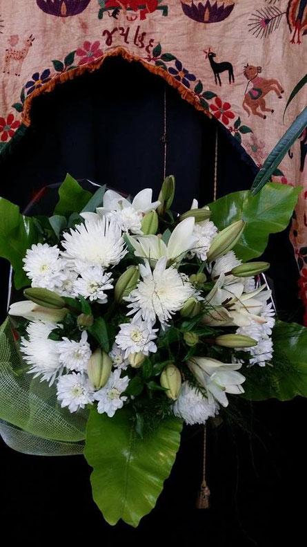 Ramos de flores blancas .