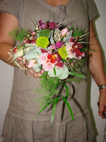 Ramo de novia con caída hecho con orquideas .