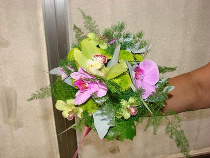 Ramo de novia hecho con orquídeas.