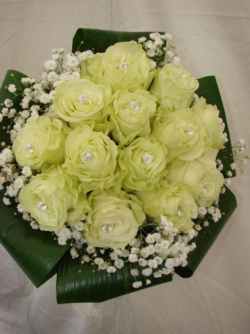 Ramo de novia hecho con rosas blancas y lluvia.