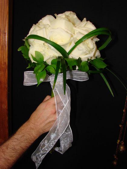 Ramo de novia hecho con rosas blancas.