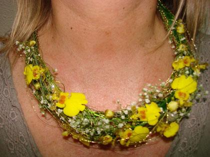 Collar con orquídeas oncidium.