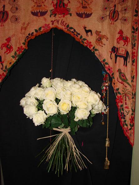 Ramos de rosas blancas.