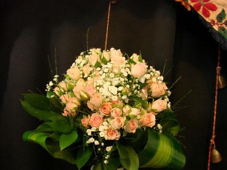 Ramo de rosas rosadas pequeñas.