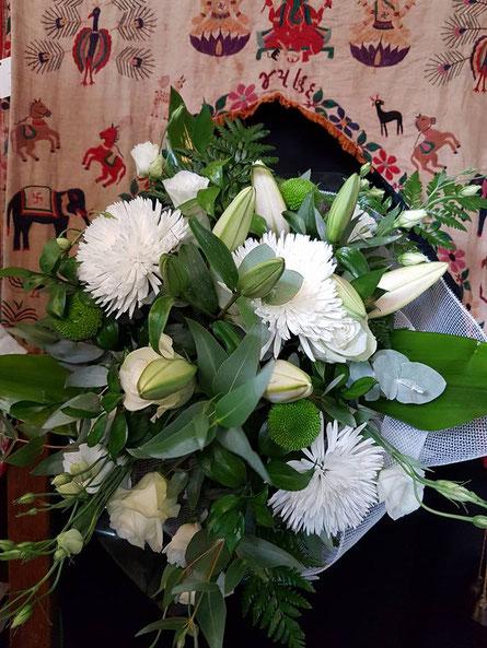 Ramos de flores blancas.
