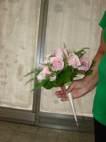Ramo de novia hecho con rosas rosadas .