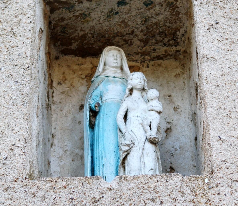 Groupe Ste Anne, la Vierge et l'enfant Jésus, statuette en pierre.