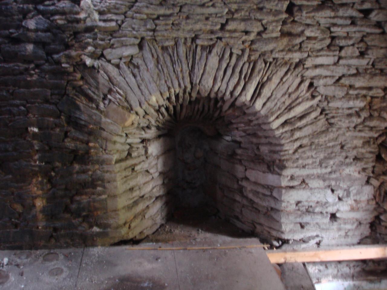 Meurtrière du château dans le mur dune maison proche de l'Aixette