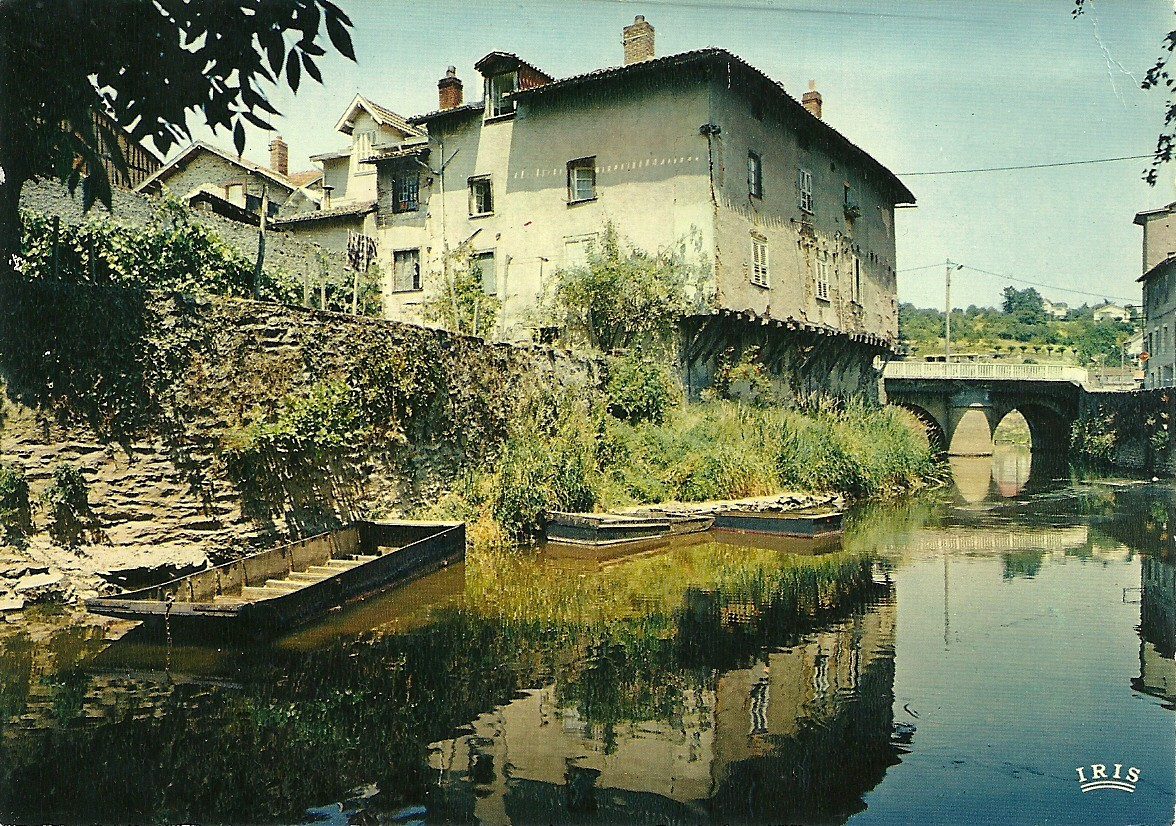La maison Rougerie en encorbellement au bord de l'Aixette. Ne se visite pas.