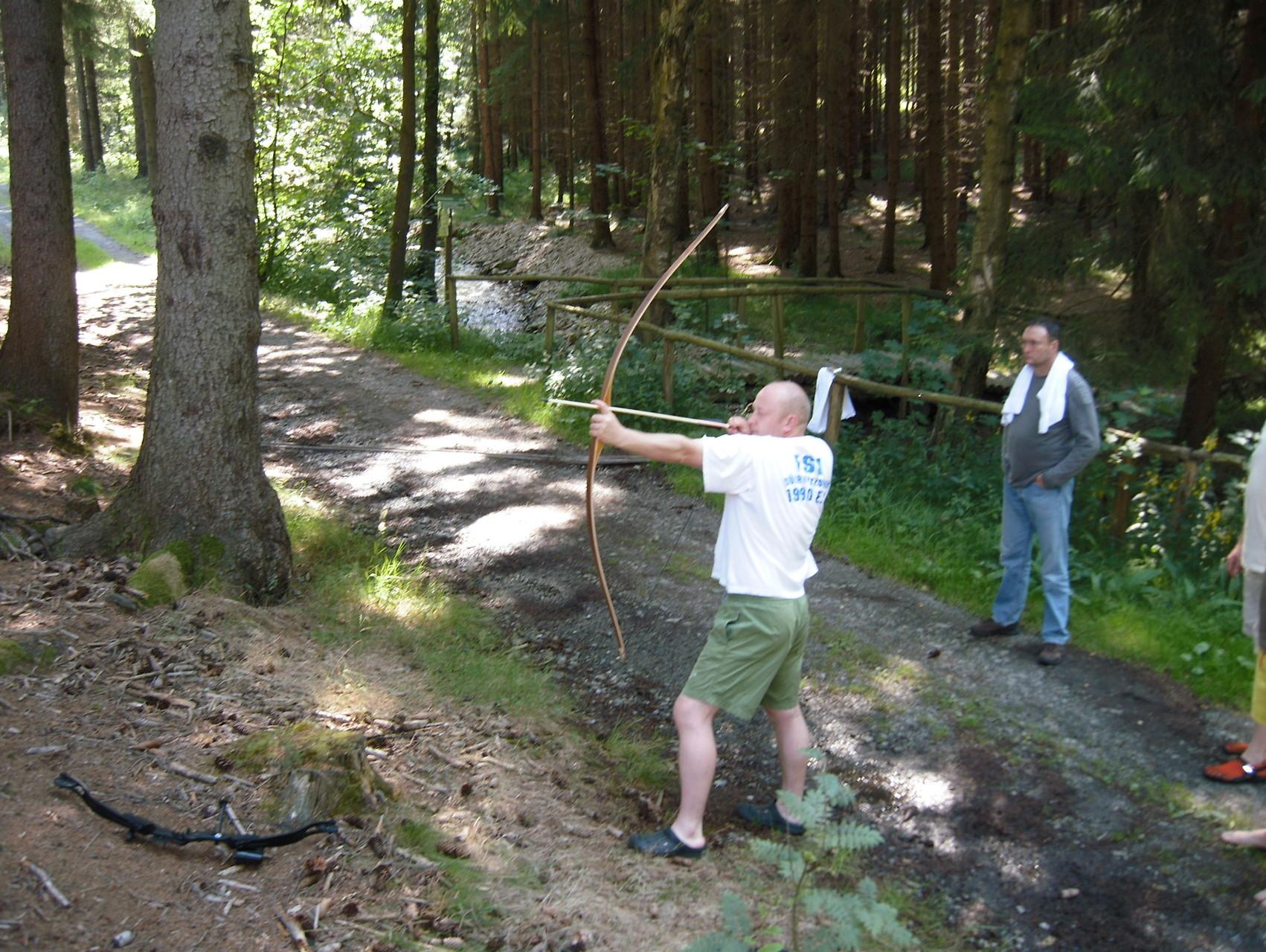 Anspannen und entspannen können und dabei das Ziel im Auge behalten - Bogenschießen im Jahreskreis der Männer
