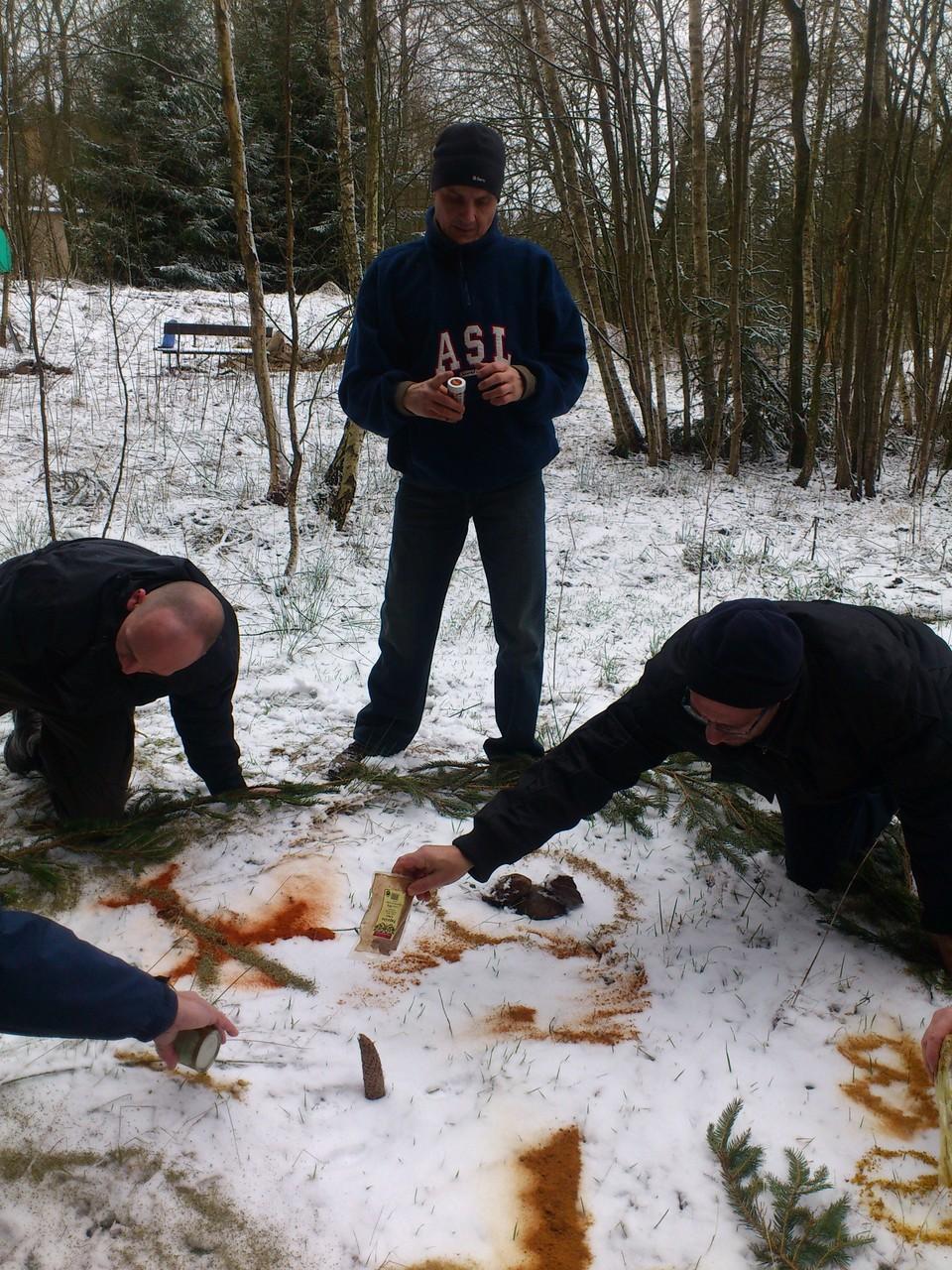 Wie in jedem Winter gestaltet der Jahreskreis der Männer ein Mandala aus Gewürzen