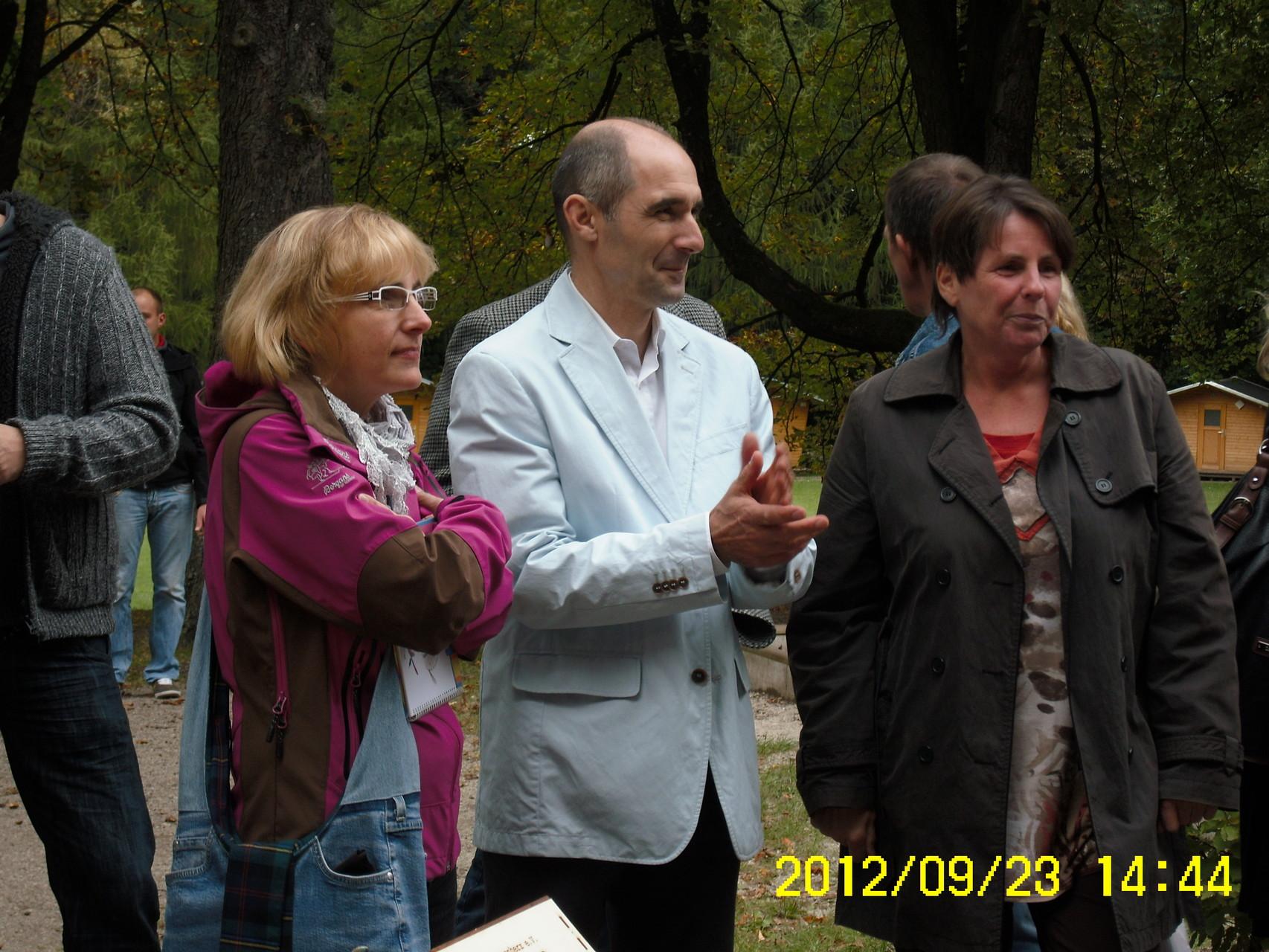 Ralf Lemke übernahm freundlicherweise die Moderation bei der Präsentation des fröhlich bunten Liederbuches