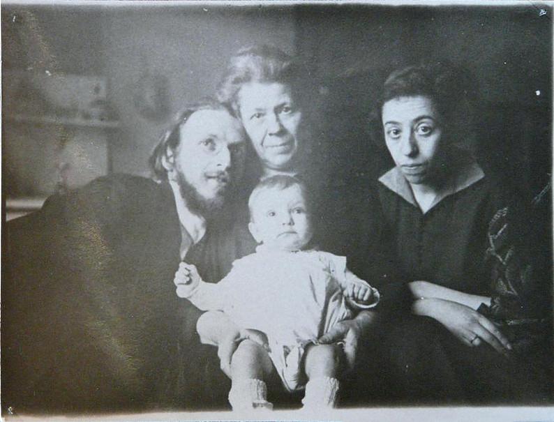 Jankew und Tom Seidmann-Freud mit Angela/Aviva in der Mitte. Marie im Hintergrund