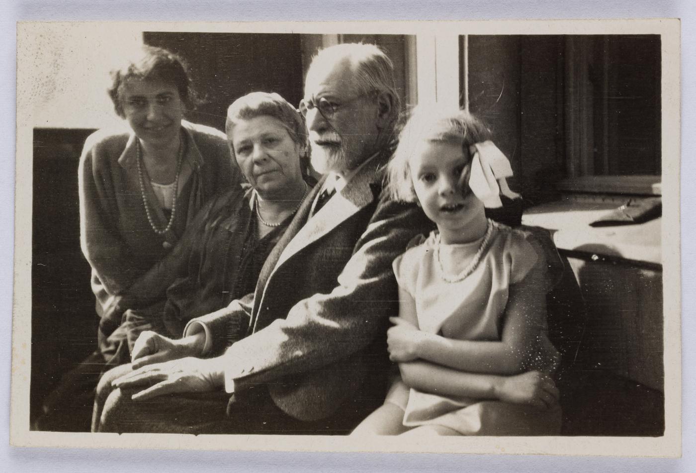 Anna Freud, Marie und Sigmund Freud und Angela, Bamberger Str.5