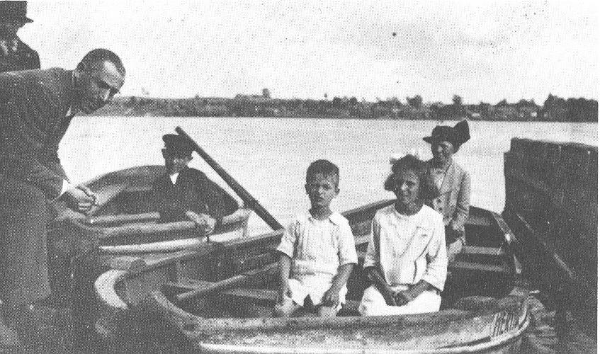 Karl Abraham mit seinen Kindern in Allenstein (Ostpreußen)