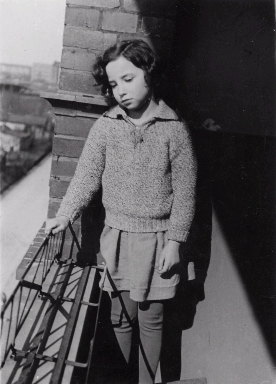 Eva Reich auf dem Balkon in der Schlangenbaderstr. 87