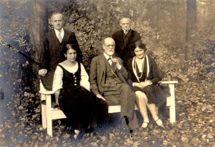 Anna und Sigmund Freud mit  Assia Wulff, dahinter Moshe Wulff und Ernst Simmel, Sanatorium Tegel