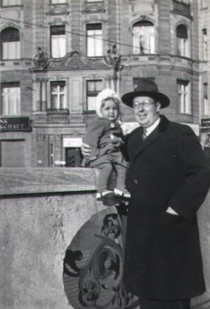 Otto Fenichel mit Hanna ca 1933, U-Bahn Nürnberger Platz