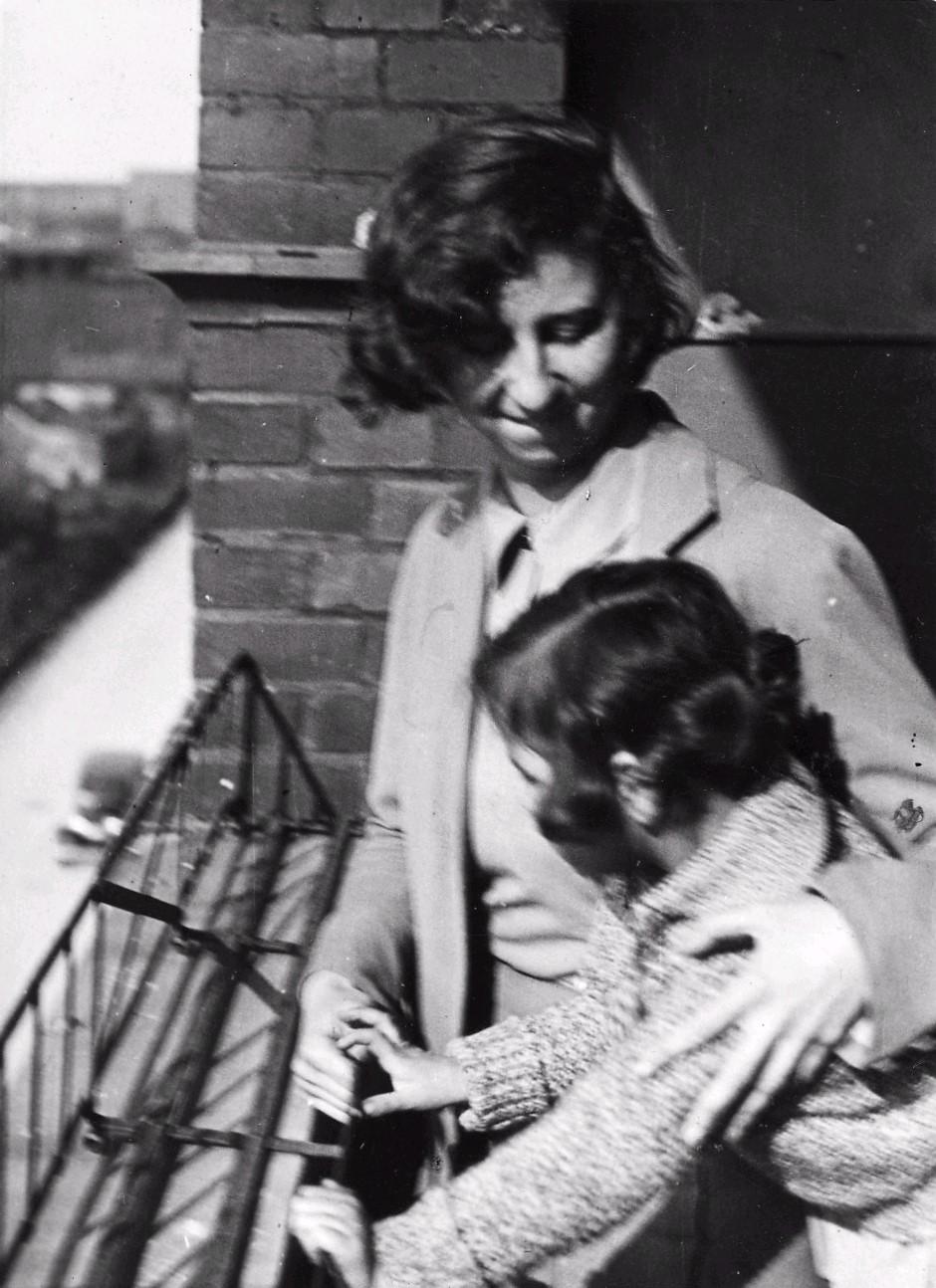 Annie Reich und Lore auf dem Balkon in der Schlangenbaderstr. 87