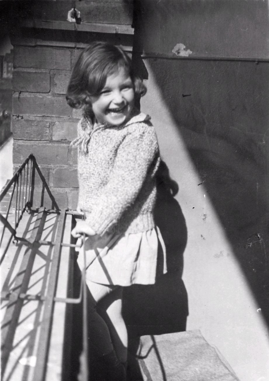 Lore auf dem Balkon in der Schlangenbaderstr. 87