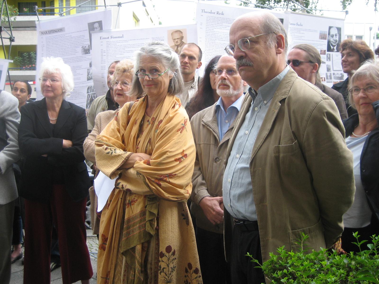 Tafelenthüllung. Christiane Ludwig-Körner und Michael Schröter (im Vordergrund)