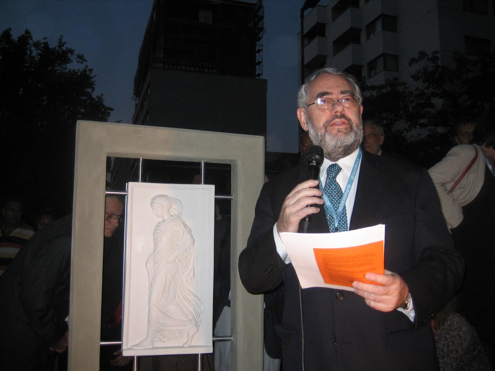 Dr. Eizirik bei seiner Ansprache zur Enthüllung der Gradiva
