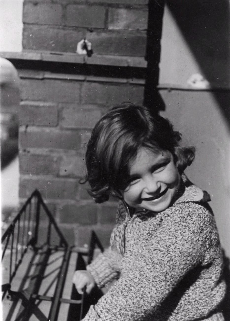 Lore Reich auf dem Balkon in der Schlangenbaderstr. 87
