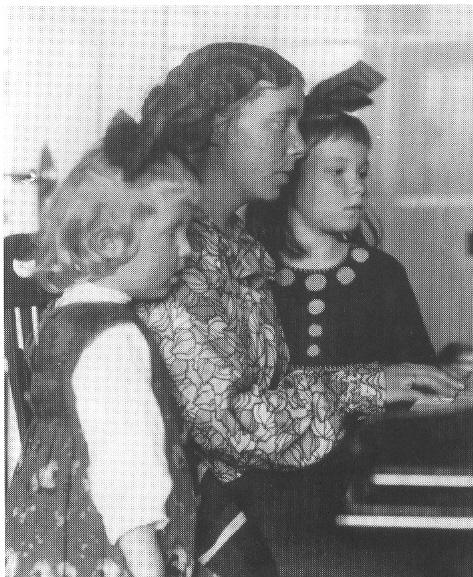 1. 1917 Karen Horney mit ihren Töchtern Marianne und Brigitte