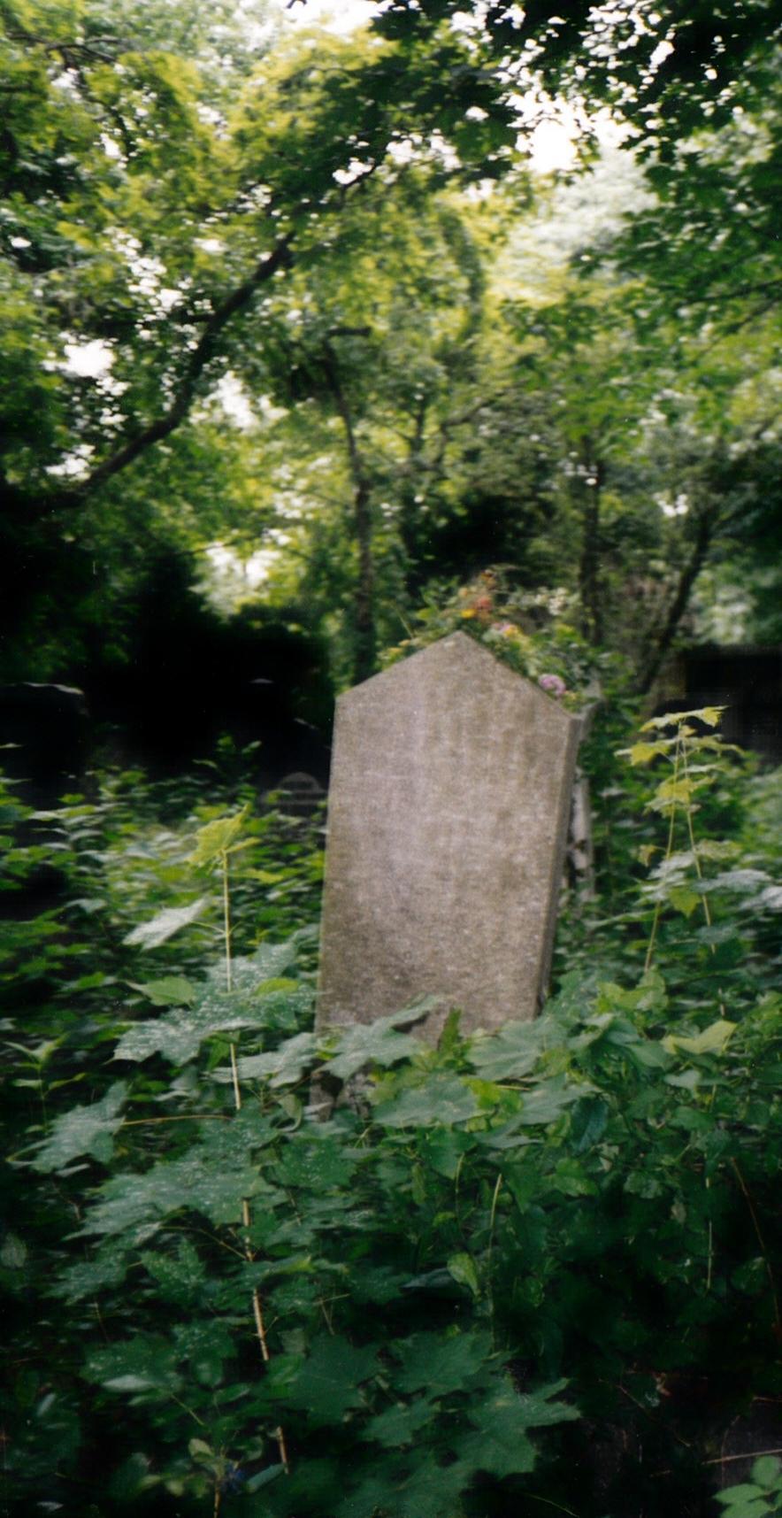 Grabstein von Maurice Freud, noch unrestauriert