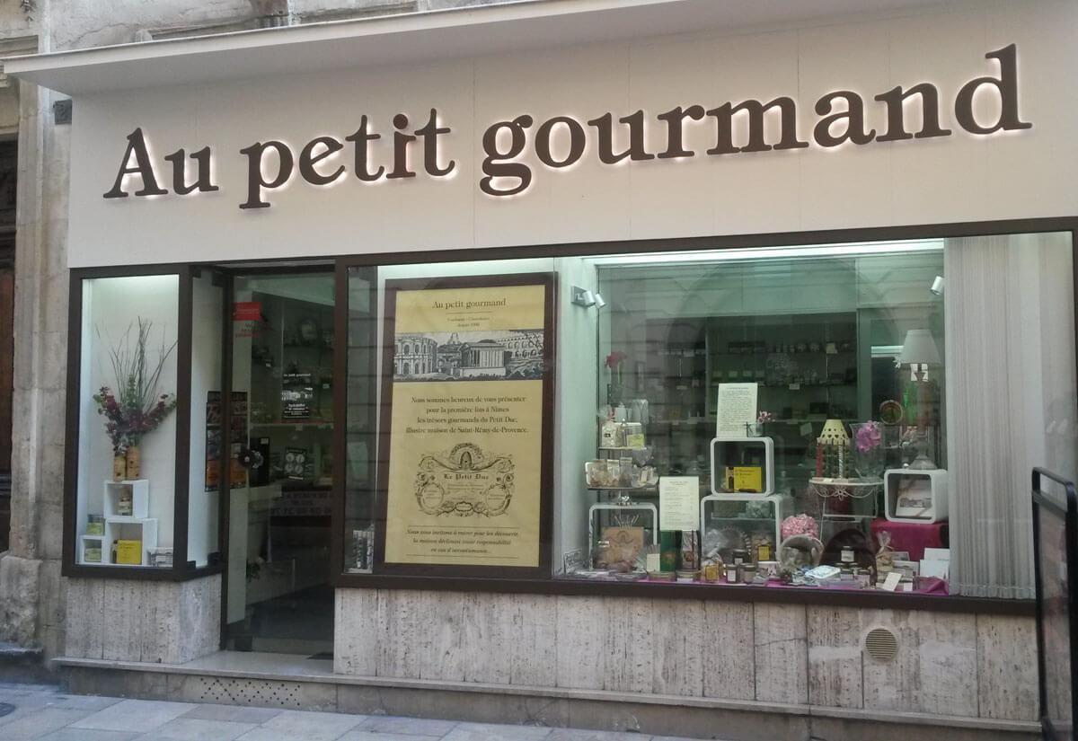 "vitrine ""Au petit gourmand"" - côté rue de la madeleine - Nîmes"