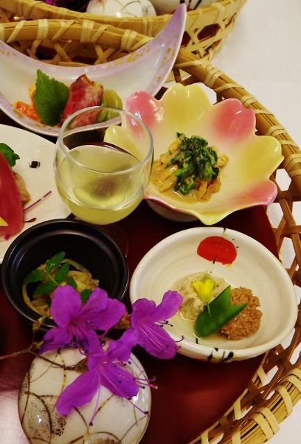 中津川、真の日本料理「美菜ガルテンふるかわ」春は山菜。血流の流れをよくしたり新陳代謝を促し解毒作用があるといわる春の山菜を食すことは、理にかなっていてとてもよいことなのです。きっと五感いっぱいにお楽しみいただけることでしょう。